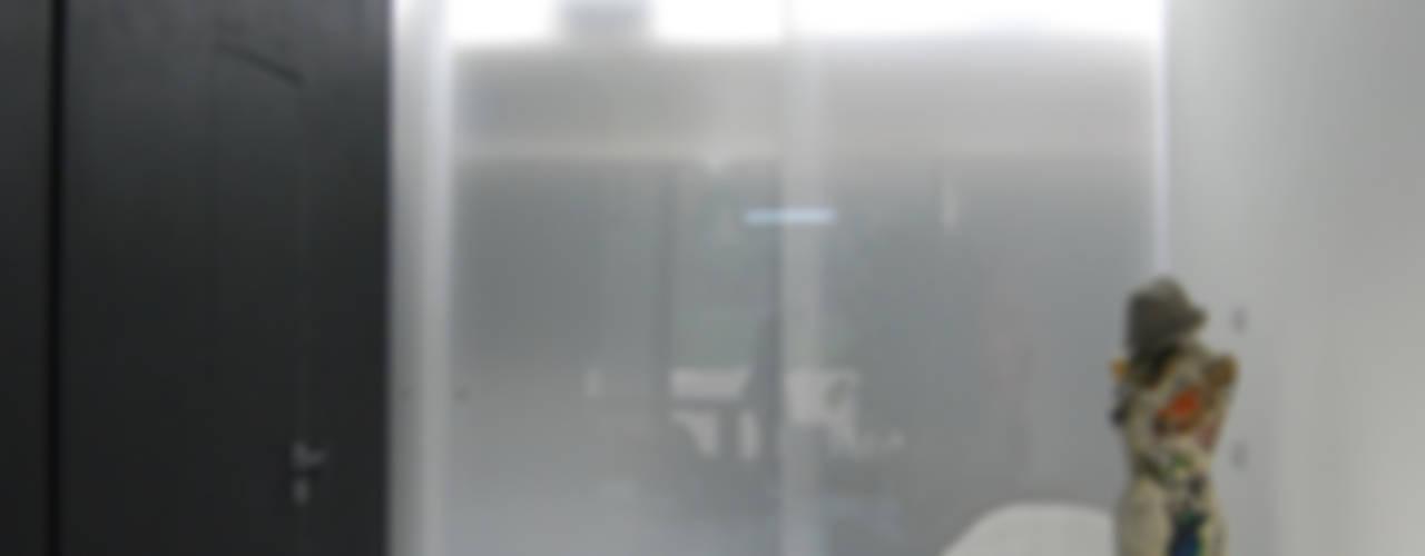 DOCK_52_da garage a residenza Spogliatoio in stile industriale di laprimastanza Industrial