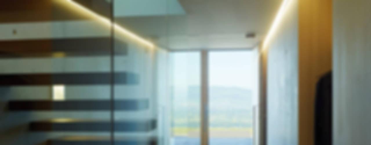 Pasillos, vestíbulos y escaleras modernos de Dietrich | Untertrifaller Architekten ZT GmbH Moderno