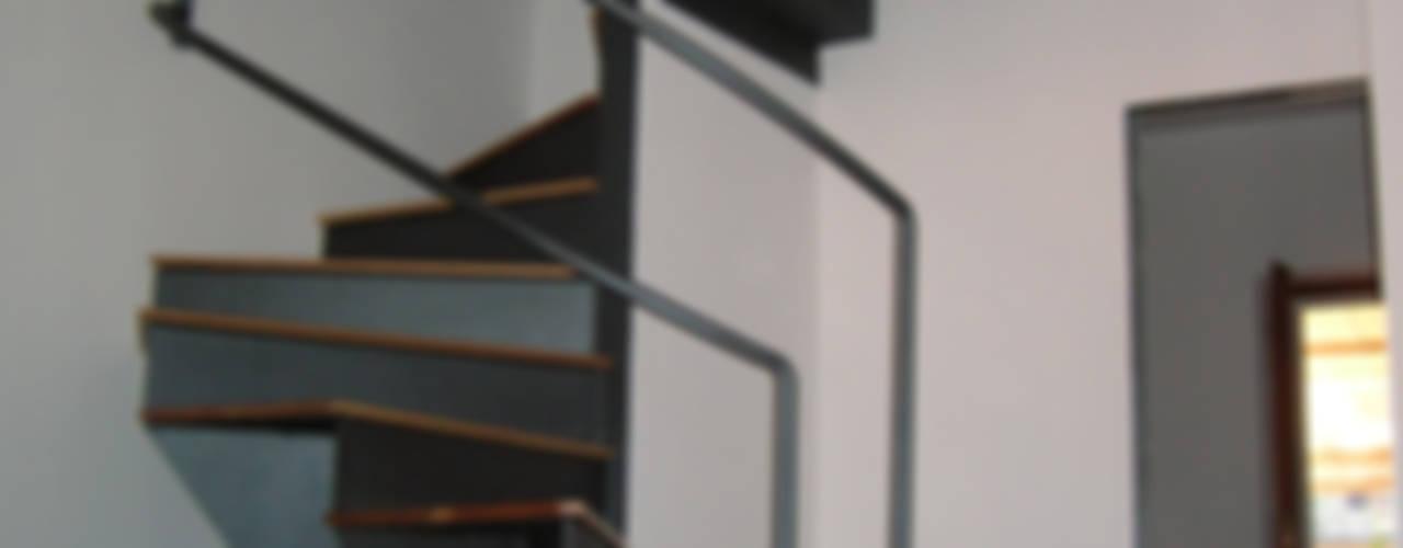 Pasillos, vestíbulos y escaleras de estilo ecléctico de Studio Romoli Architetti Ecléctico