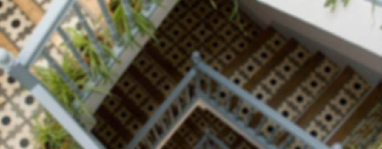 Ingresso, Corridoio & Scale in stile mediterraneo di Casa Josephine Mediterraneo