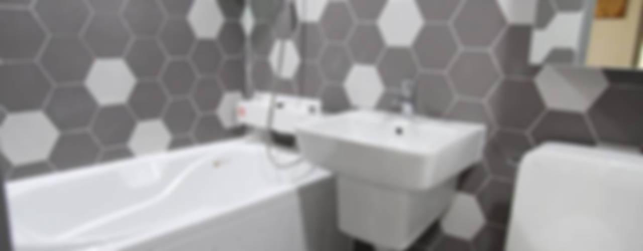 헥사타일을 이용한 욕실 인테리어: STORY ON INTERIOR의  욕실