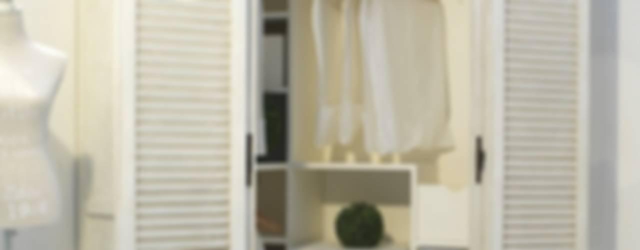 Come sfruttare un angolo...: Camera da letto in stile  di LA BOTTEGA DEL FALEGNAME