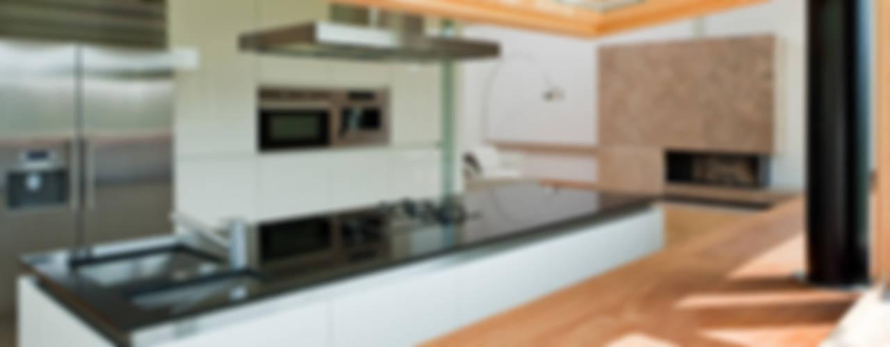 Cucina moderna di CAA ARCHITEKCI Moderno