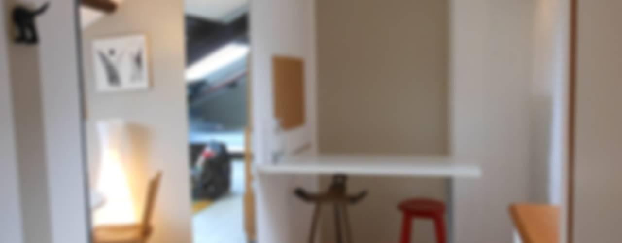Interior Design mansarda : Soggiorno in stile  di Locus Pocus Studio, Minimalista