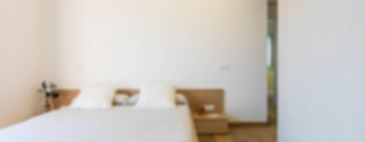 Vivenda unifamiliar Dormitorios de estilo moderno de margarotger interiorisme Moderno
