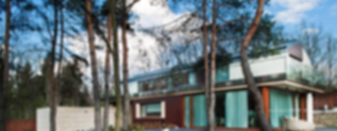 Rezydencja IV : styl , w kategorii Domy zaprojektowany przez Zbigniew Tomaszczyk i Irena Lipiec Decorum Architekci Spzoo