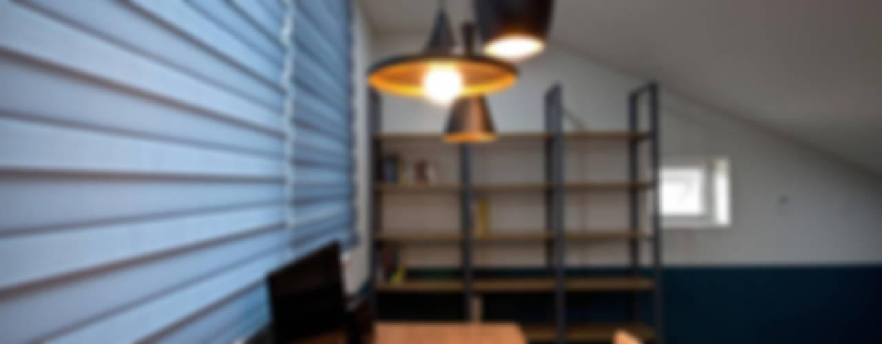 가족을 위한 단독주택: 디자인투플라이의  서재 & 사무실