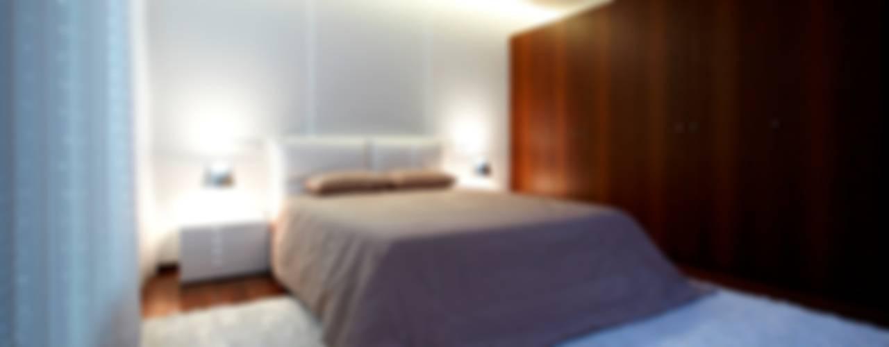 Phòng ngủ phong cách tối giản bởi Risco Singular - Arquitectura Lda Tối giản