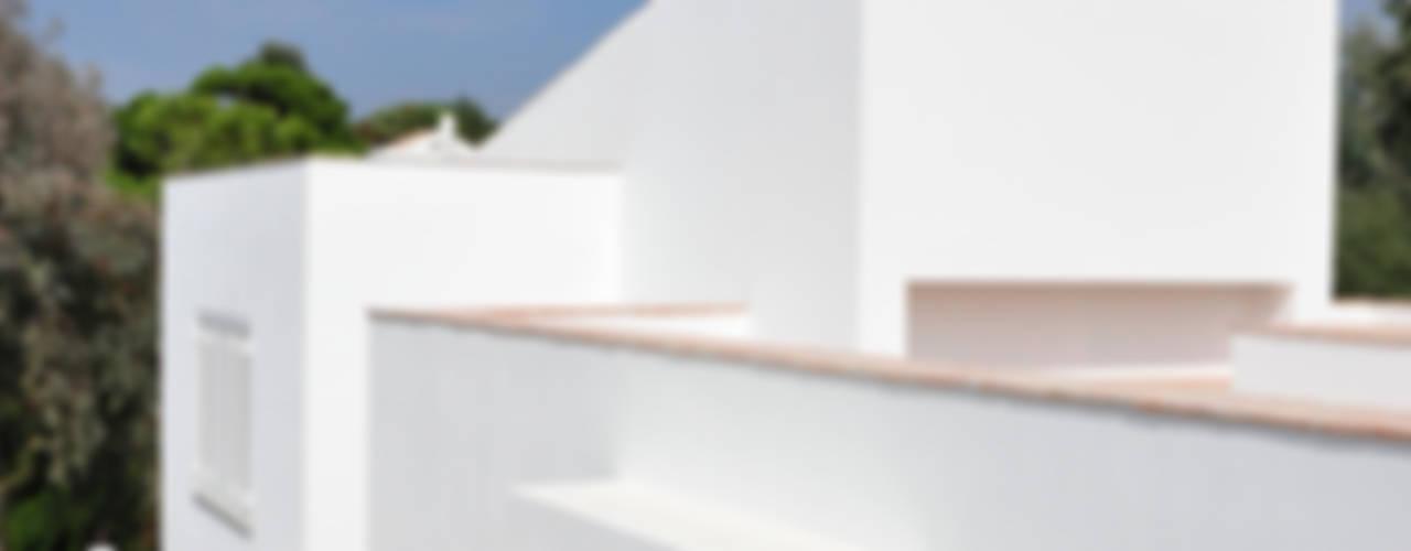 Casa da Atalaia: Casas  por S3 Arquitectos,Mediterrânico