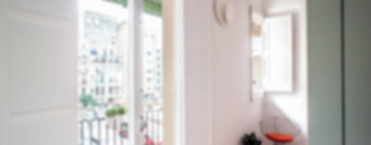 REFORMA INTEGRAL E INTERIORISMO DE PISO PASANTE DEL EIXAMPLE DE BARCELONA Dormitorios de estilo moderno de M2ARQUITECTURA Moderno