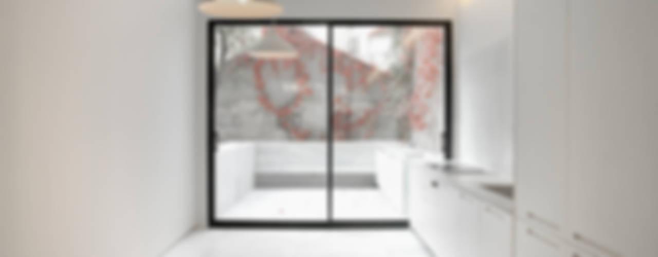 Modern Kitchen by Schneider Colao design Modern