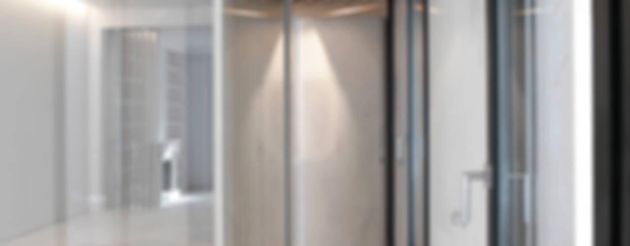 Casa Orfila Pasillos, vestíbulos y escaleras de estilo moderno de Schneider Colao design Moderno