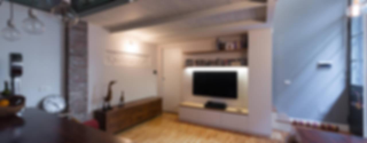 Mobile tv: Case in stile  di ghostarchitects