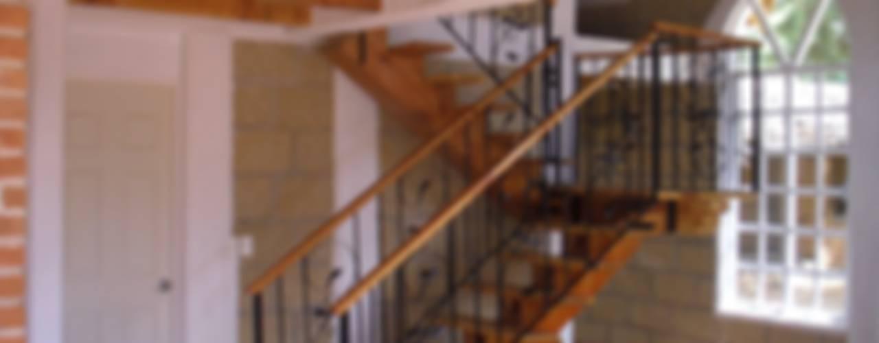 Cabaña Tlalpujahua, Michoacán. Pasillos, vestíbulos y escaleras rústicos de IDEA Studio Arquitectura Rústico