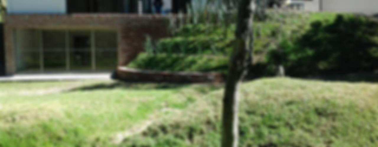 VISTA JARDIN: Jardines de estilo  por CESAR MONCADA S
