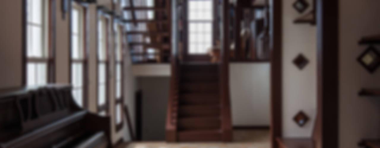 苦楽園のA邸: 一粒社ヴォーリズ建築事務所が手掛けたリビングです。