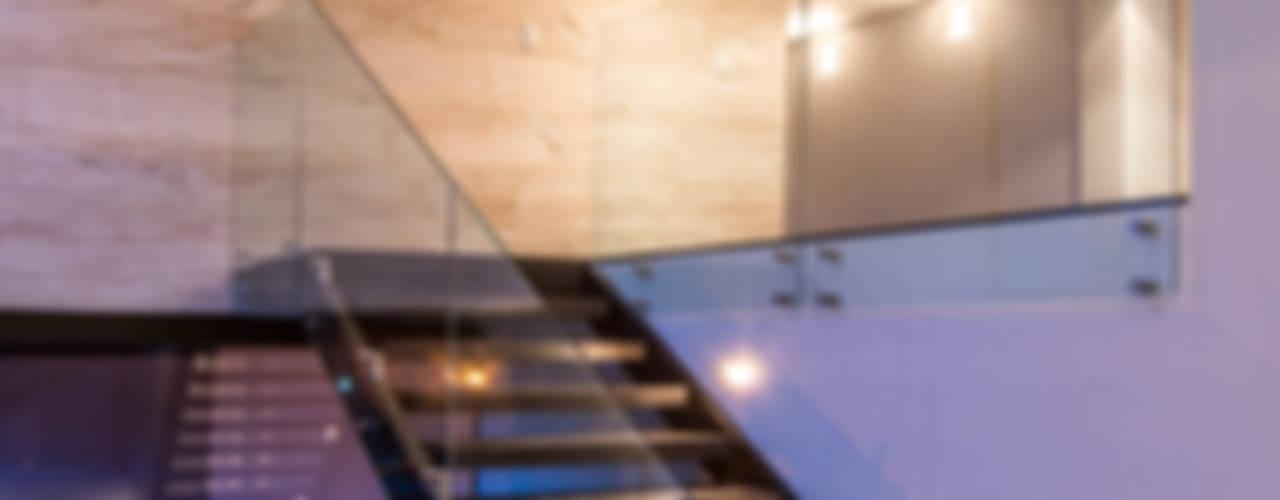 Sobrado + Ugalde Arquitectos Eclectic corridor, hallway & stairs