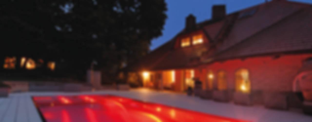 Romantisches Edelstahlpool mit färbiger LED-Beleuchtung von Polytherm GmbH. Landhaus