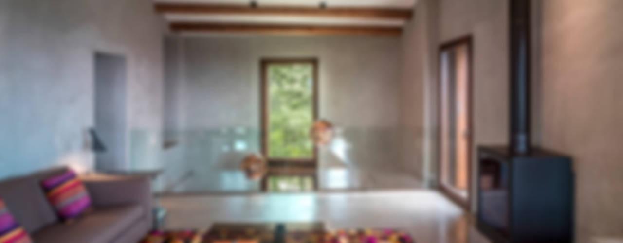 Salas de estar  por ZEST Architecture , Rústico