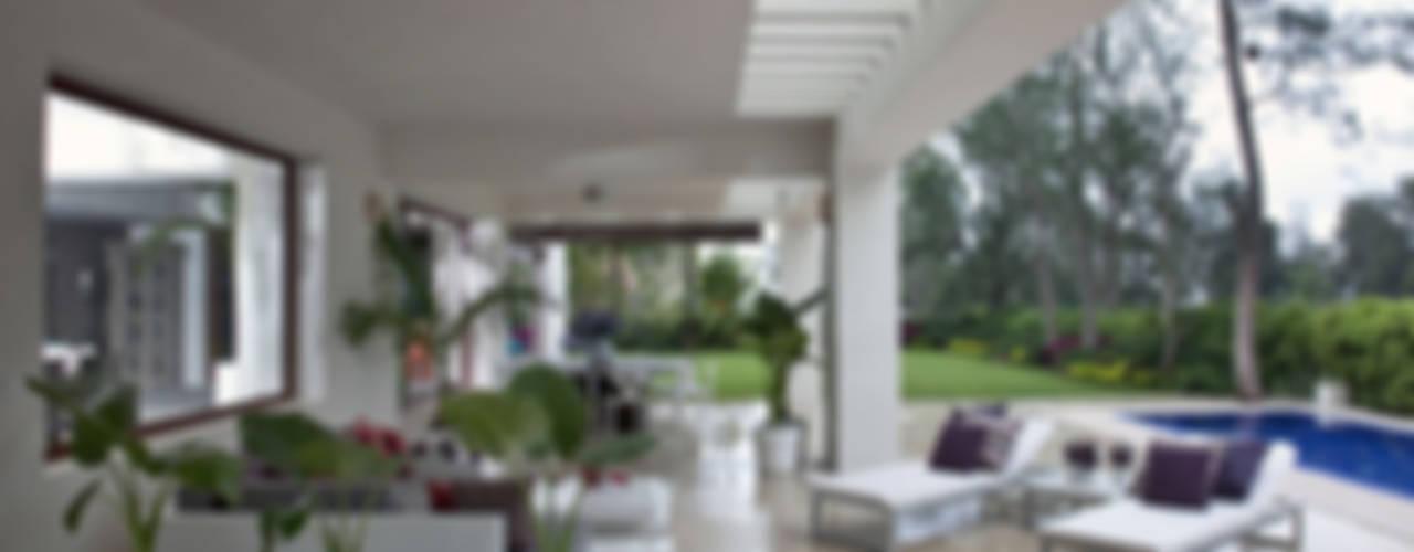 casa Jalapa Balcones y terrazas modernos de MARIANGEL COGHLAN Moderno