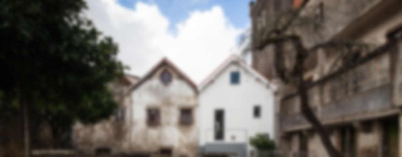 The Three Cusps Chalet オリジナルな 家 の Tiago do Vale Arquitectos オリジナル