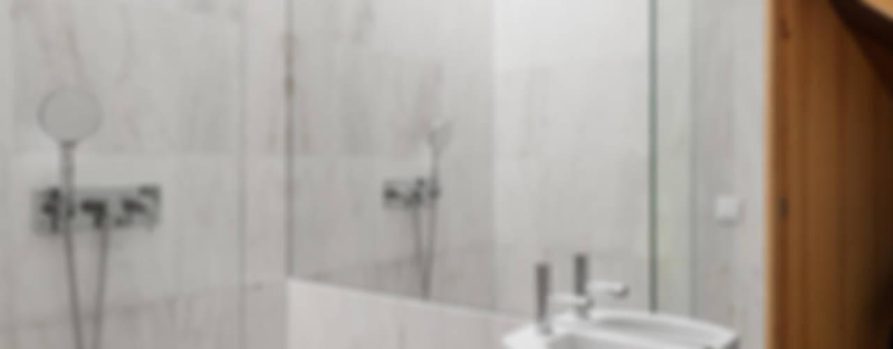 Chalé das Três Esquinas: Casas de banho  por Tiago do Vale Arquitectos,