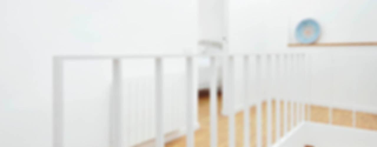 VIVIENDA CON UNA SOLA FACHADA Y TRES MEDIANERAS Pasillos, vestíbulos y escaleras de estilo moderno de M2ARQUITECTURA Moderno