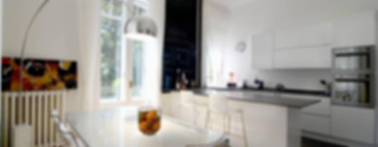 Una casa conteporanea nella Milano dei palazzi storici Cucina moderna di architetto Marta Silvia Mia Pasquini Moderno