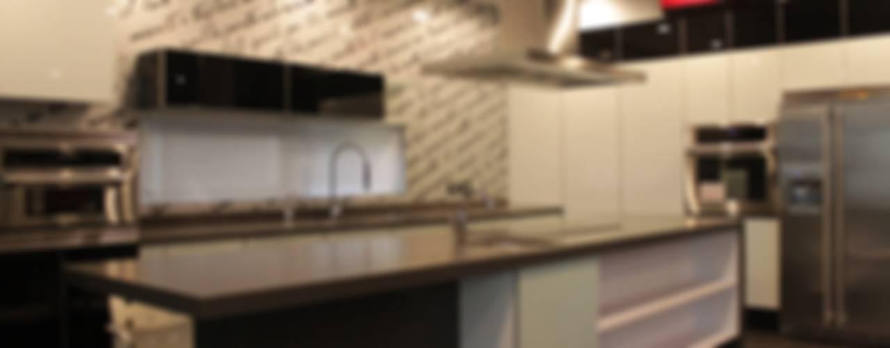 Residencia El Coto: Cocinas de estilo  por Excelencia en Diseño