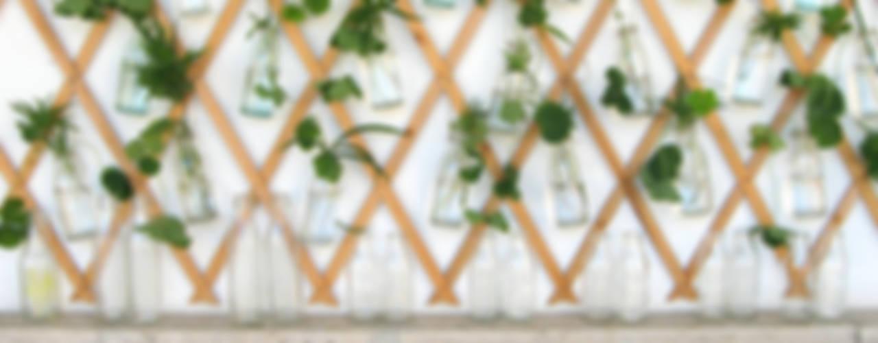 Giungla in bottiglia: Terrazza in stile  di Blogger Groovy Elisa