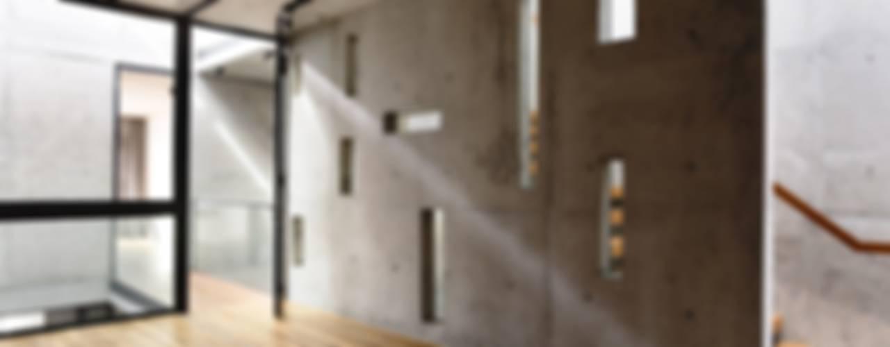 Paredes y pisos de estilo moderno de HYLA Architects Moderno