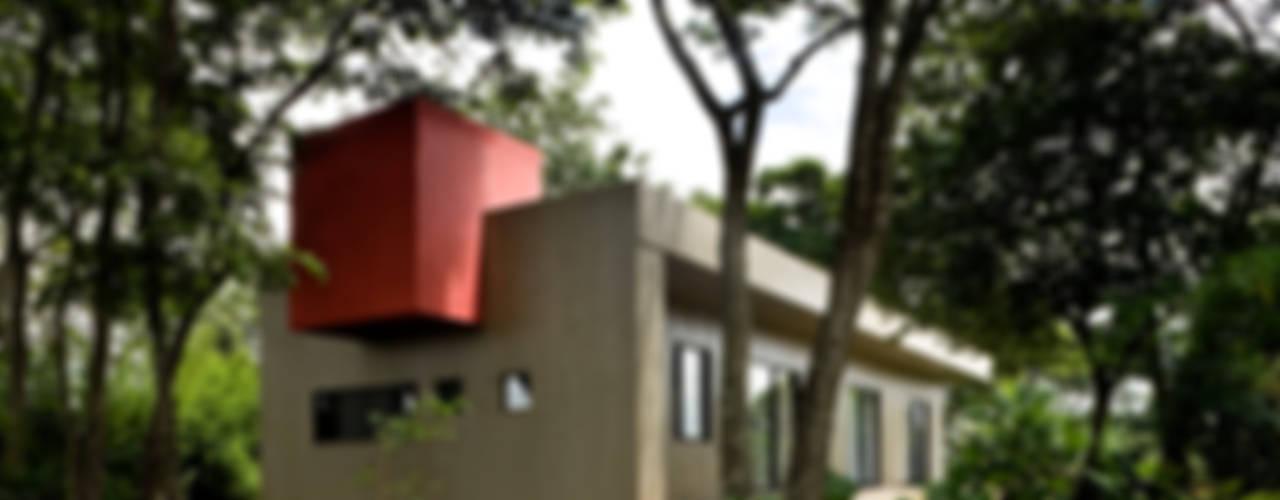 CASA DA CAIXA VERMELHA por LEO ROMANO INTERIORES E EXTERIORES EIRELI-ME Moderno