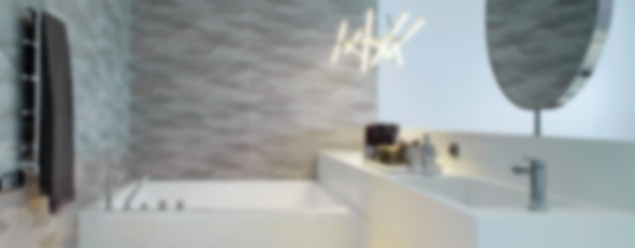 El mar en casa: Baños de estilo  de Molins Design