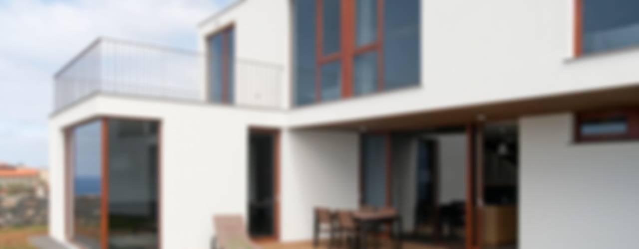 Casa do Miradouro: Casas  por Mayer & Selders Arquitectura,