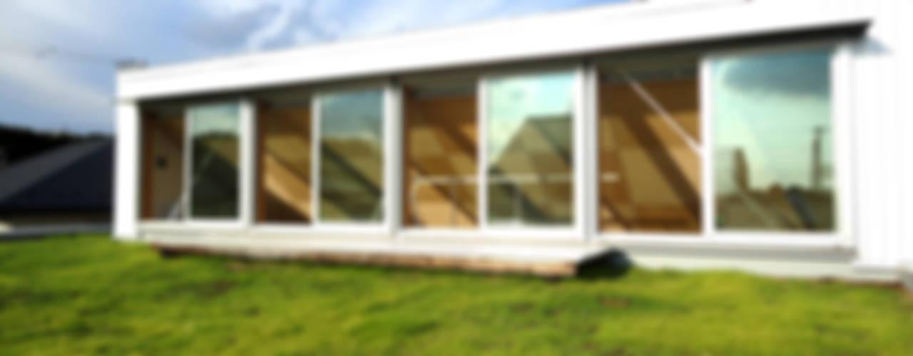 おゆみ野の家 屋上緑化や軒の深いテラス、吹抜けなど自然と家族をつなぐ温かみのある家: アトリエ24一級建築士事務所が手掛けたテラス・ベランダです。,モダン