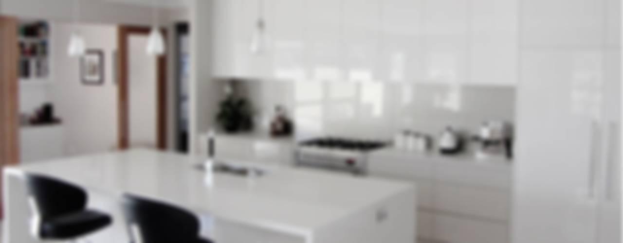 White Kitchen:  Kitchen by home makers interior designers & decorators pvt. ltd.
