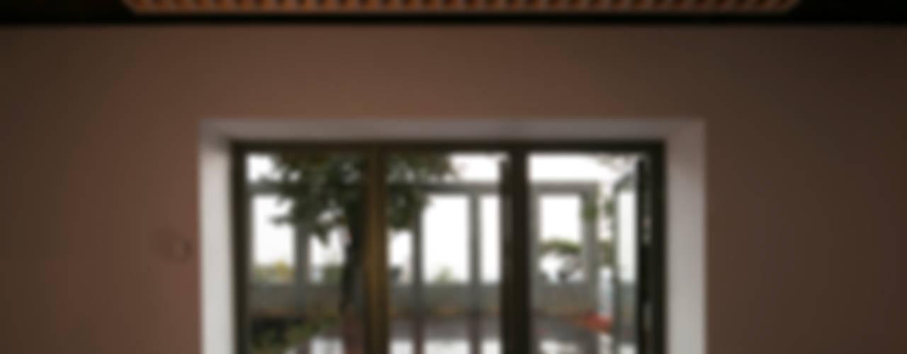 건우씨네 집수리(KUNWOO'S JIP-SOORI): 무회건축연구소의  베란다,모던