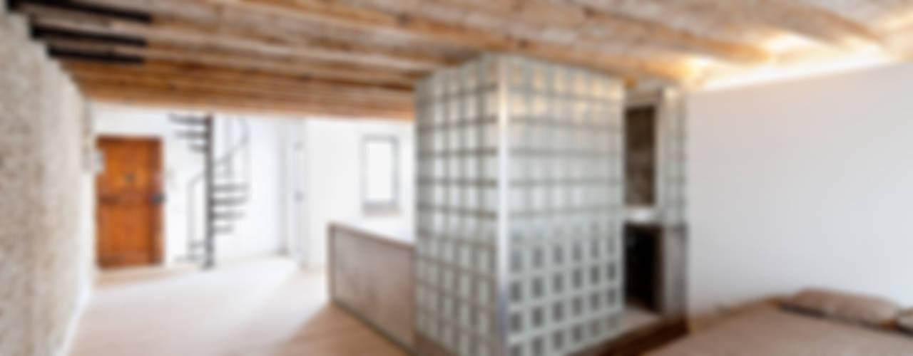 FLAT FOR A PHOTOGRAPHER Pasillos, vestíbulos y escaleras de estilo mediterráneo de Alex Gasca, architects. Mediterráneo