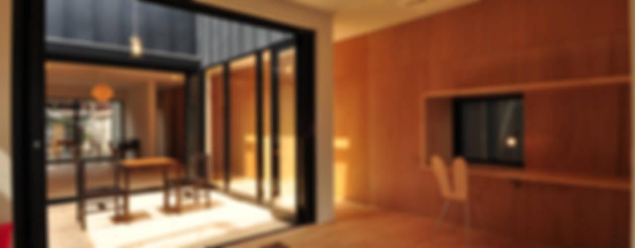 つながる家 モダンデザインの リビング の スペースワイドスタジオ モダン