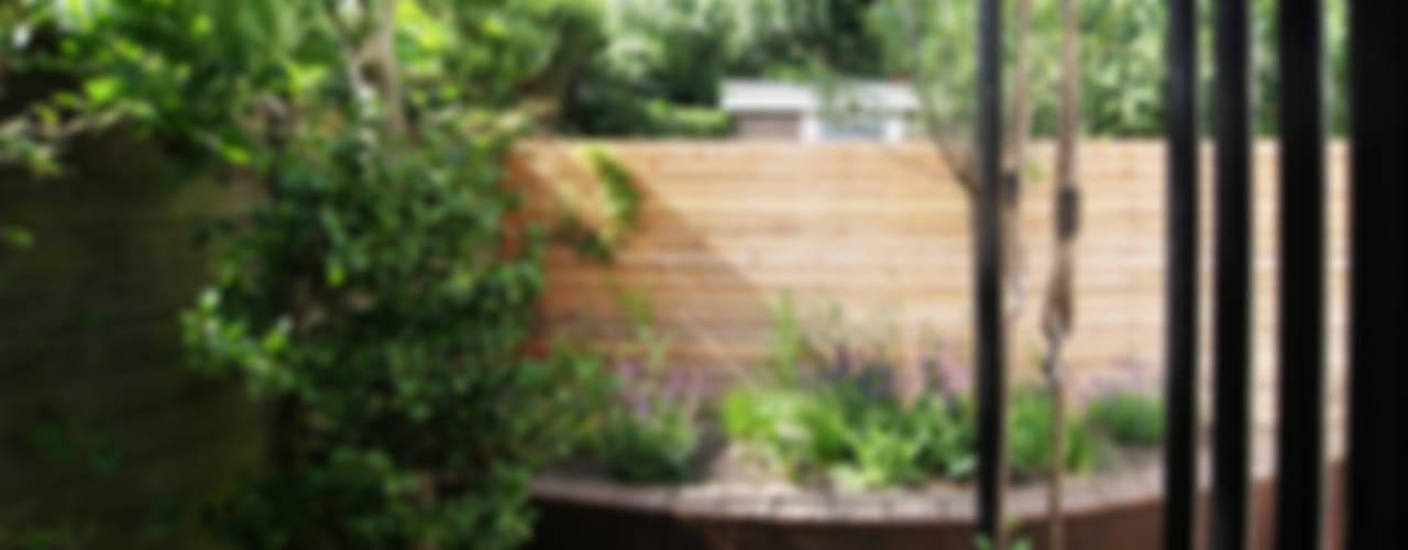 Slingerbank en tuinhuis met schommel:  Tuin door House of Green