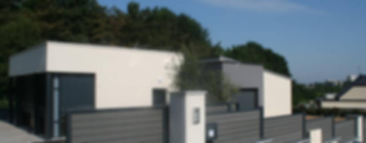 Aménagement complet autour d'une maison d'architecte, cour en enrobé et muret, clôture et portail: Jardin de style  par EURL OLIVIER DUBOIS