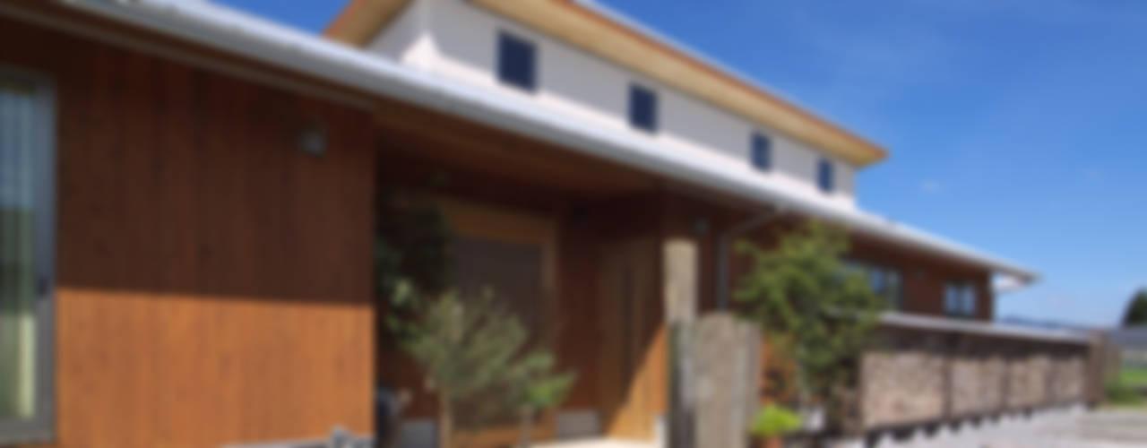 薪塀の家 日本家屋・アジアの家 の 東山明建築設計事務所 和風