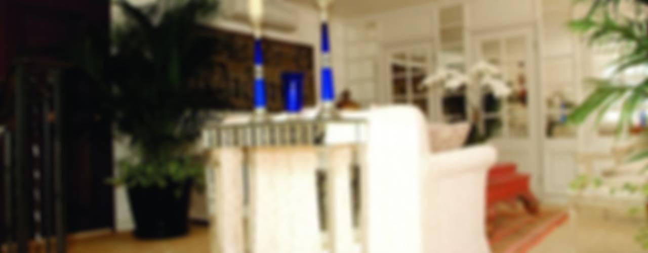 Casas de estilo  por Oui3 International Limited