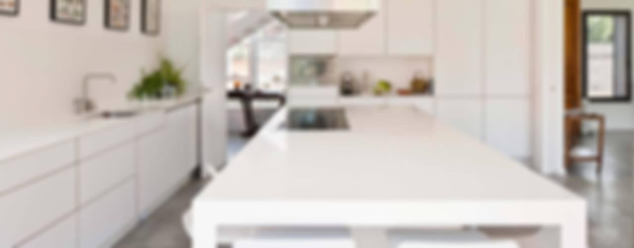 Cucina moderna di hollegha arquitectos Moderno