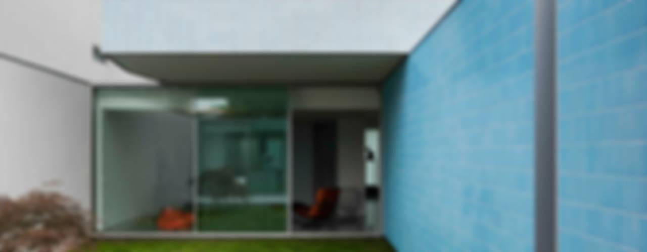 Casa Ricardo Pinto Jardins modernos por CORREIA/RAGAZZI ARQUITECTOS Moderno
