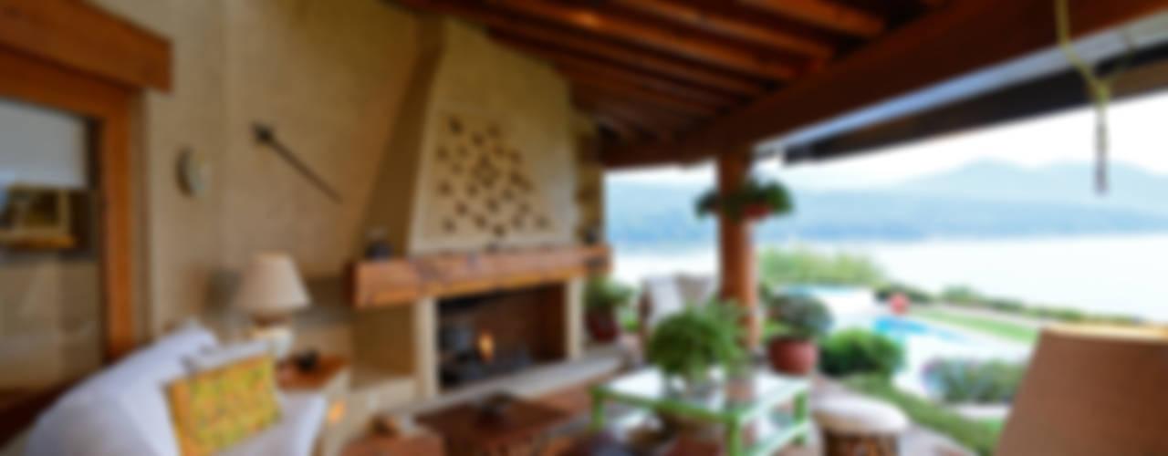 Casa del Lago: Terrazas de estilo  por LOGUER Design, Rústico