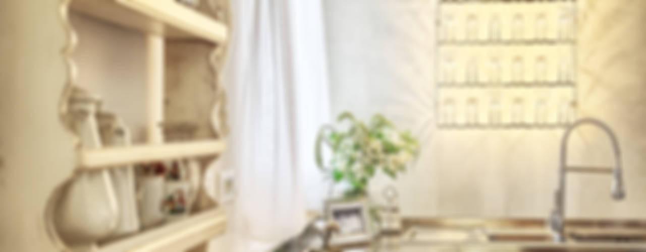 RISTRUTTURAZIONE: una casa da monte affacciata sul lago Cucina in stile rustico di STUDIO PAOLA FAVRETTO SAGL Rustico