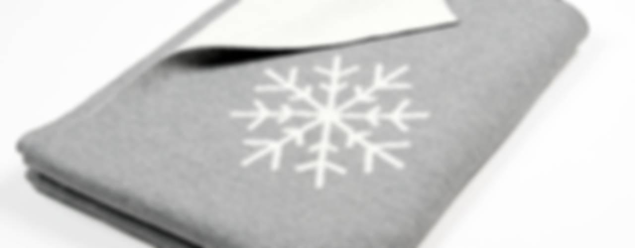 Snowflakes – Schneeflocken auf weicher Merinowolle: modern  von Lenz & Leif,Modern