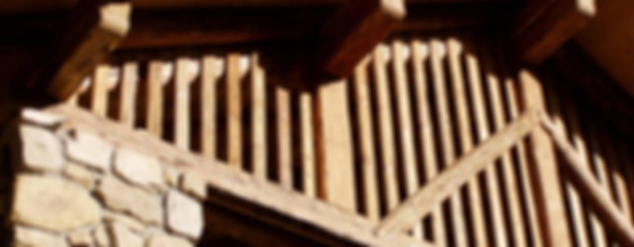RISTRUTTURAZIONE EDIFICIO RURALE Case in stile rustico di zanella architettura Rustico