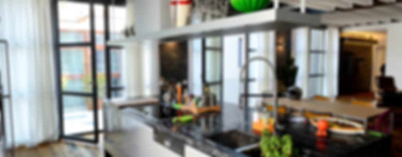 Cozinhas modernas por Massimo Adiansi Architetto Moderno